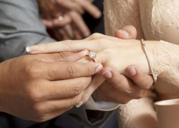 đeo nhẫn cưới ngón tay nào