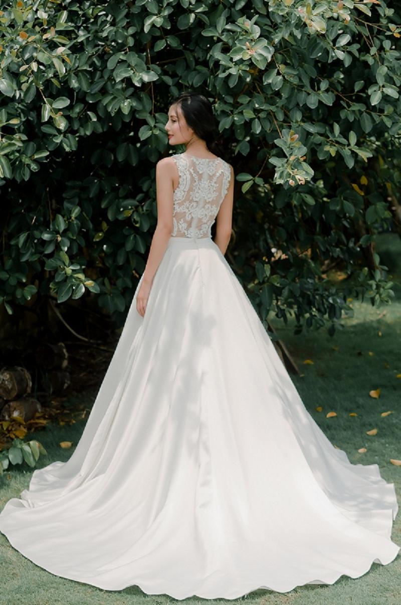 Đặc điểm của áo cưới công chúa là chân váy phồng, độ xòe bắt đầu từ vòng hai, phù hợp với hầu hết dáng người, đặc biệt là cô dâu có dáng người cao. Hơn thế, che được khuyết điểm của người mặc có vòng ba quá to hoặc quá nhỏ, tôn được vòng một và tạo cho vòng hai thon gọn.