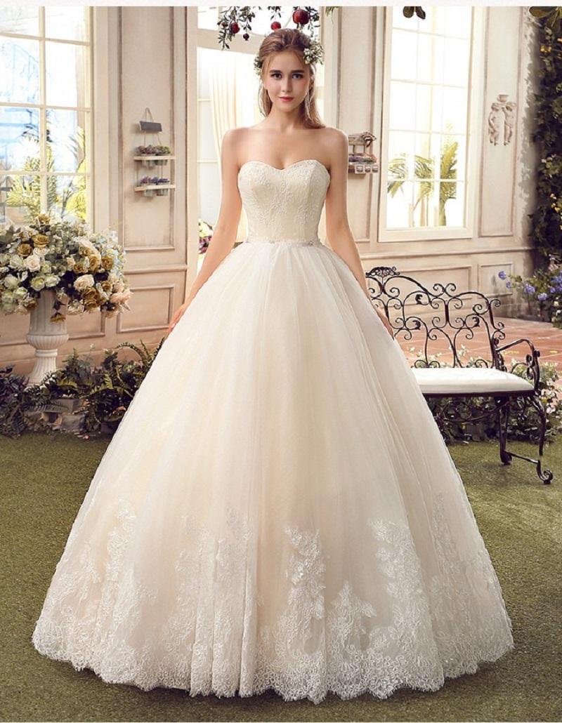 Chiếc áo cưới cưới kiểu cúp ngực với những họa tiết ở phần chân váy làm thêm nét bồng bềnh cho cô dâu.