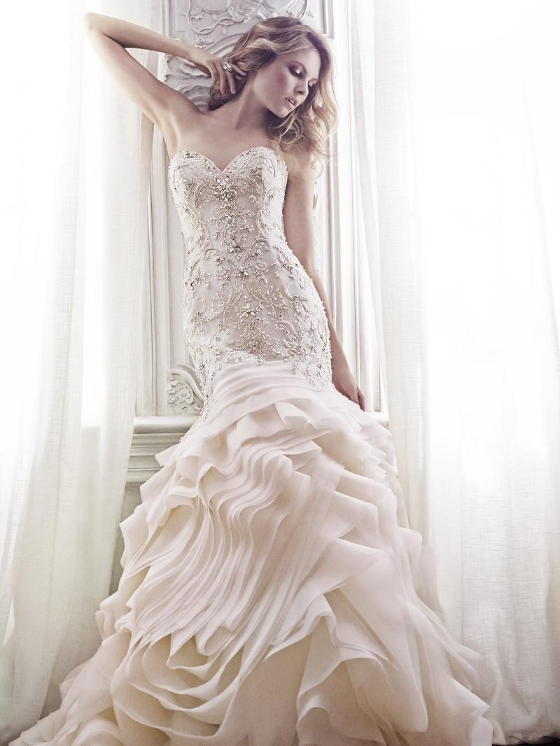 Chiếc váy cưới có đính đá hoặc cườm ở phần thân áo, giúp làm nổi bật, đầy đặn vòng một cho người mặc. Độ phồng chân váy tôn lên vẻ xinh xắn cho cô dâu, có thể thêm vài nét chấm phá bằng họa tiết, kết hoa, bèo, phân tầng hay đơn giản là phủ bên ngoài 1 lớp voan lưới làm cho người mặc trở nên quyến rũ.