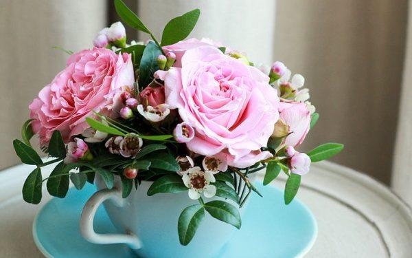 Cắm hoa để bàn ngày cưới bằng tách trà độc đáo